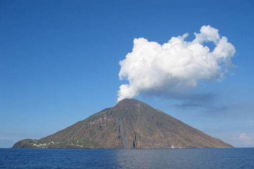 Italian volcanoes, volcanoes in italy, volcanic activity italy,  mount etna, mount vesuvius, stromboli,active, dormant, extinct volcanoes